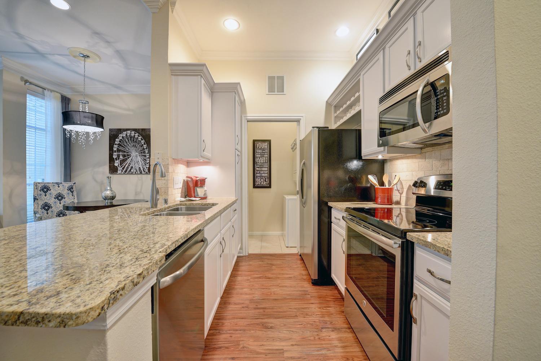 Features Left Bank River Oaks Apartments
